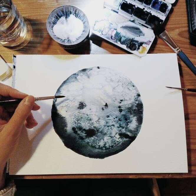 Artista usa técnica de aquarela monocromática para criar desenhos incríveis da lua