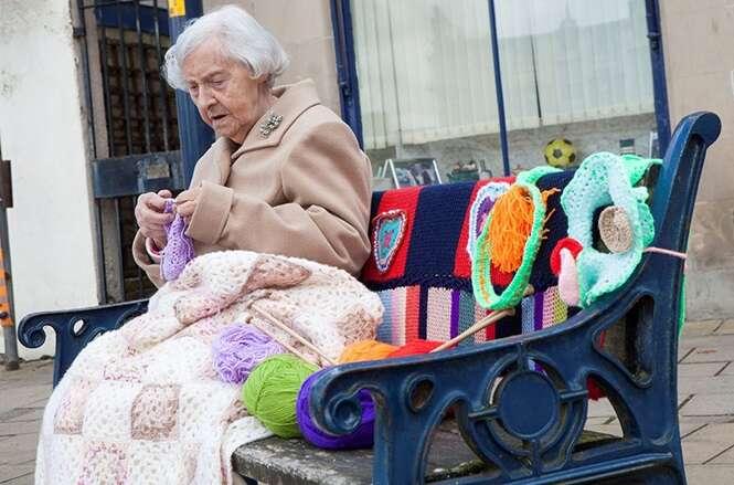 Bisavó de 104 anos é considerada a mais velha artista de rua do mundo