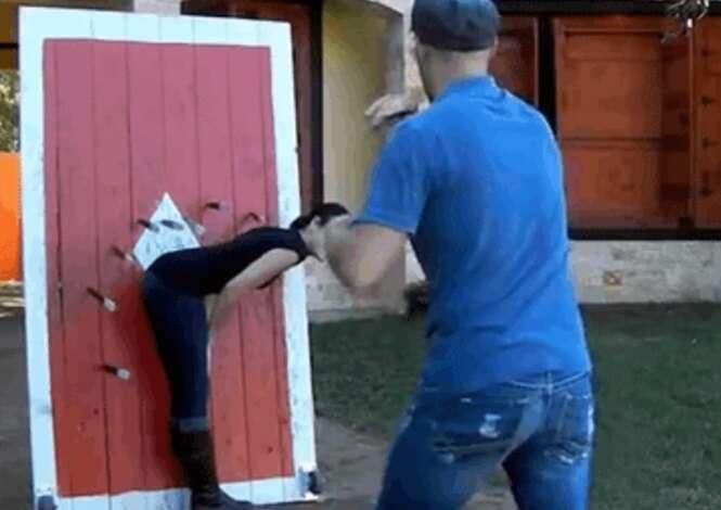 Pessoas demonstrando ter muita habilidade com facas