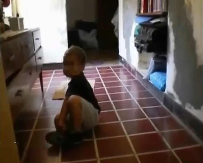 Vídeo flagra duende correndo por trás de bebê
