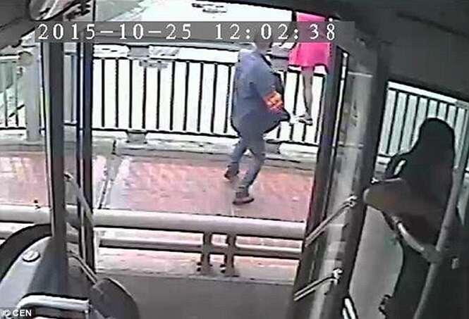 Vídeo mostra momento em que motorista de ônibus salva mulher prestes a se jogar de ponte