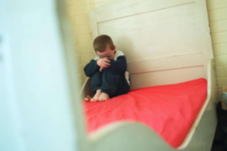 Menino de 2 anos é encontrado gravemente desidratado dois dias depois de mãe morrer