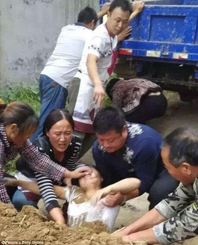 Funcionário público tenta enterrar vizinha viva após discussão