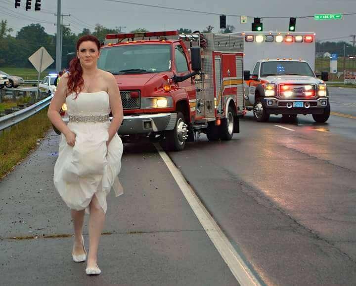 Paramédica vestida de noiva abandona seu próprio casamento para ajudar em resgate