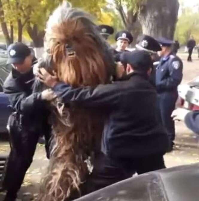 """Vídeo mostra momento em que policias prendem personagem """"Chewbacca"""", de Star Wars, depois que ele tentou conseguir votos para Darth Vader"""