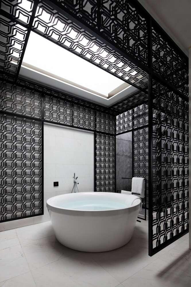 Banheiros elegantes com decoração em preto e branco