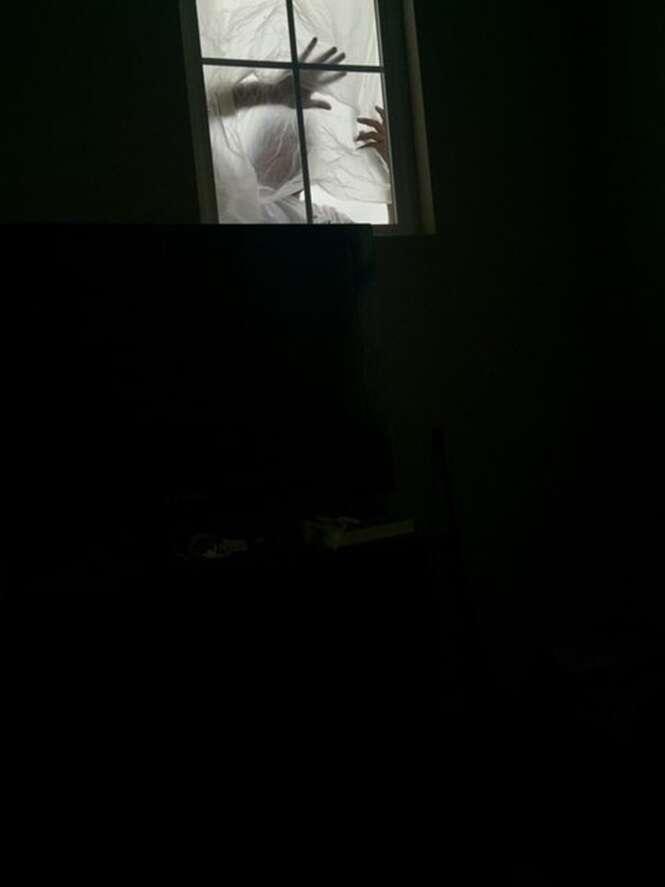 Homem fica chocado ao acordar e se deparar com alguém olhando para ele através da janela