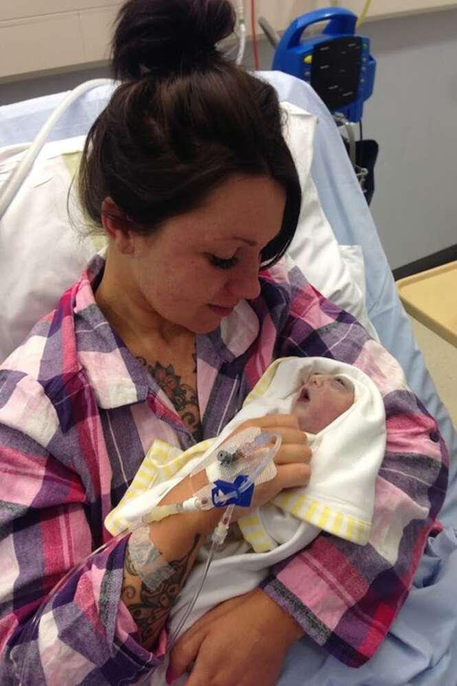 Bebê que viveu apenas 100 minutos salva vidas após se tornar o mais jovem doador de órgãos da Grã-Bretanha