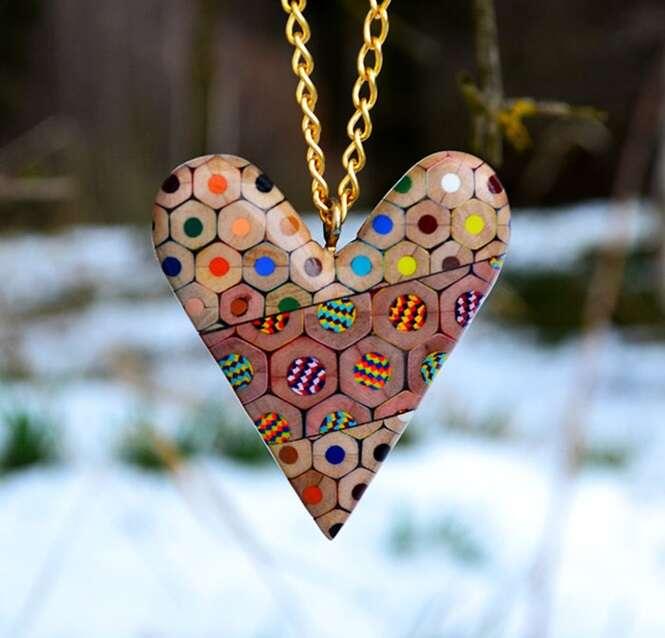 Artista cria joias usando lápis coloridos