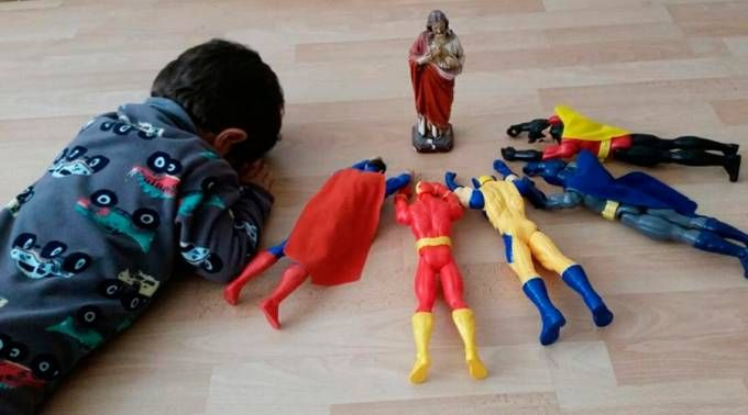 Criança de 2 anos comove internautas ao ser flagrada rezando junto com super-heróis