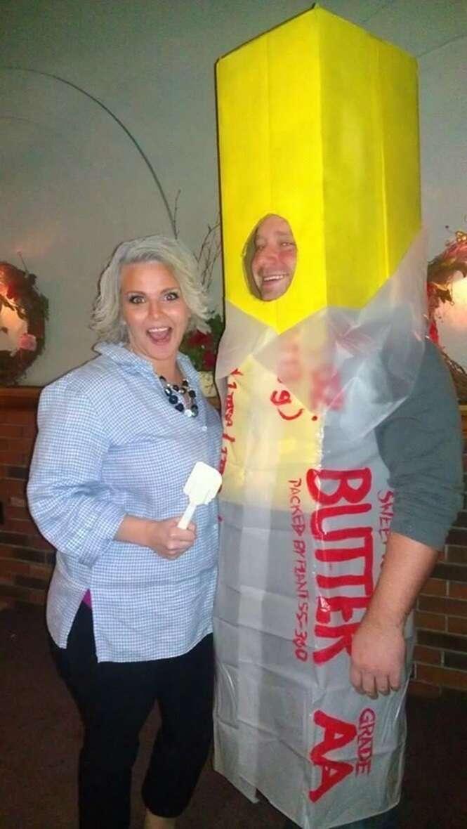 Casais com fantasias divertidas de Halloween