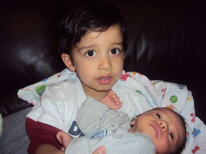 Fotos adoráveis de crianças com seus irmãos que acabaram de nascer