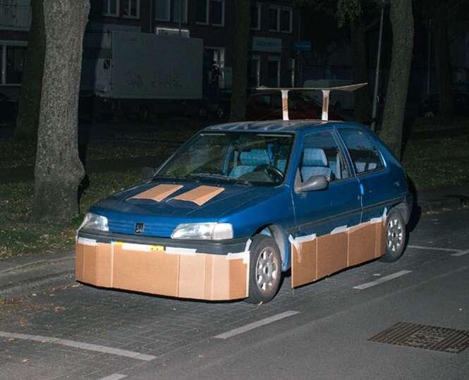 """Fotógrafo transforma carros em modelos """"esportivos"""" usando papelão"""