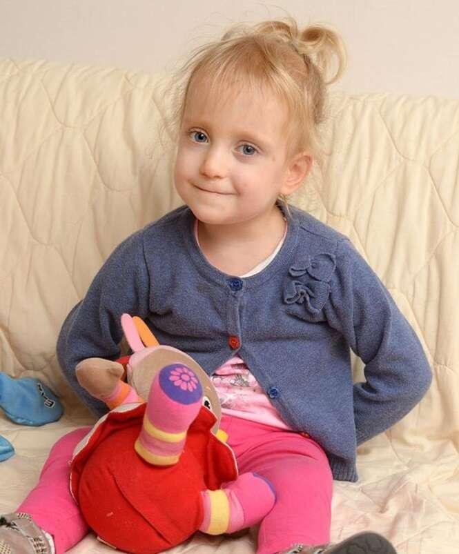 Menina de 3 anos que nasceu com doença pulmonar crônica e paralisia cerebral luta para ser adotada