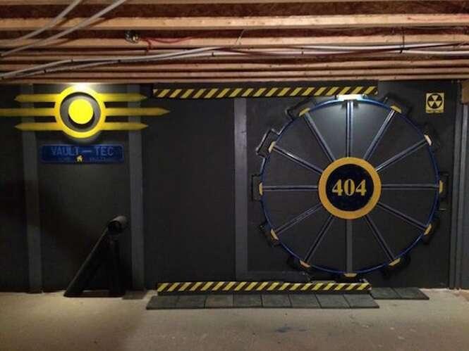 Homem constrói sala de jogos secreta inspirada em game de ação