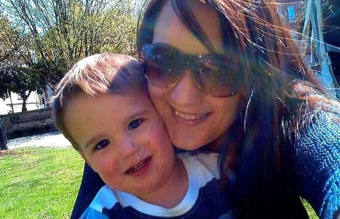 Mãe é presa depois de seu filho morrer afogado enquanto ela estava distraída no Facebook