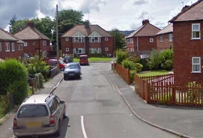 Homem defeca na porta da casa da própria mãe ao descobrir que ela estava tendo um caso com seu melhor amigo