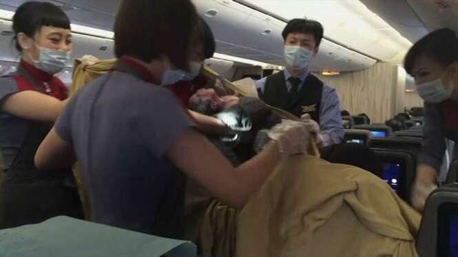 Médica que estava retornando de lua de mel entrega bebê durante voo após passageira entrar em trabalho de parto