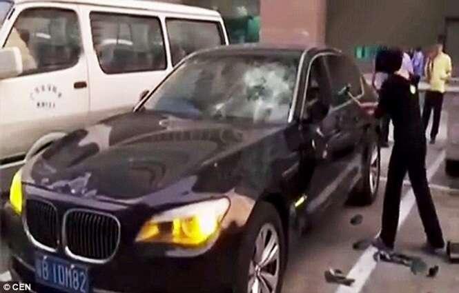 Traída destrói BMW do marido, após ver amante do esposo no banco da frente do veículo