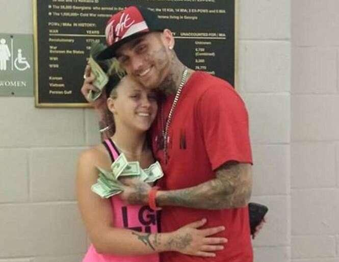 Ladrão é preso após roubar banco e postar selfies no Facebook exibindo dinheiro