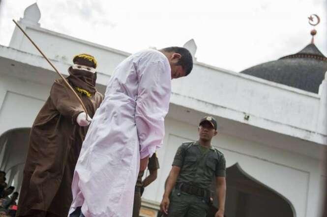 Indonésia aprova lei que pune homossexuais com 100 chicotadas, multa de 143 mil reais e prisão