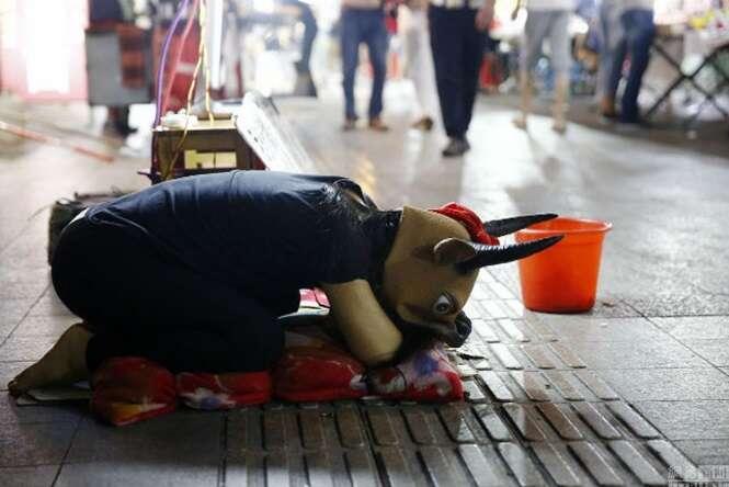 Menina de 15 anos se veste de vaca e implora por dinheiro para tentar salvar vida de pai doente