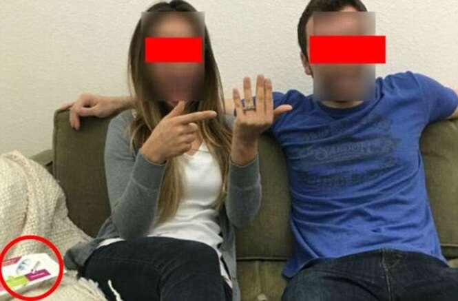 Jovem casal posta foto no Facebook para anunciar noivado e deixa teste de gravidez exposto acidentalmente