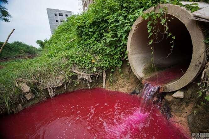 Chineses ficam perplexos ao acordarem e notarem que rio havia ficado vermelho