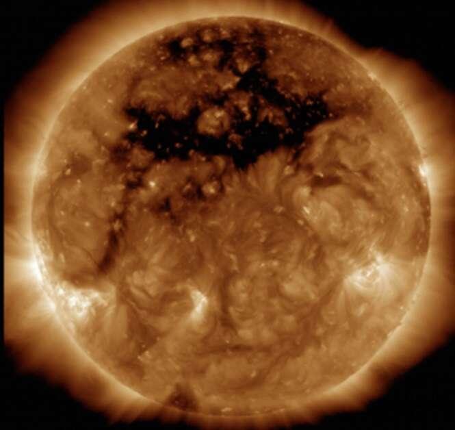 Enorme buraco negro é visto na superfície do sol