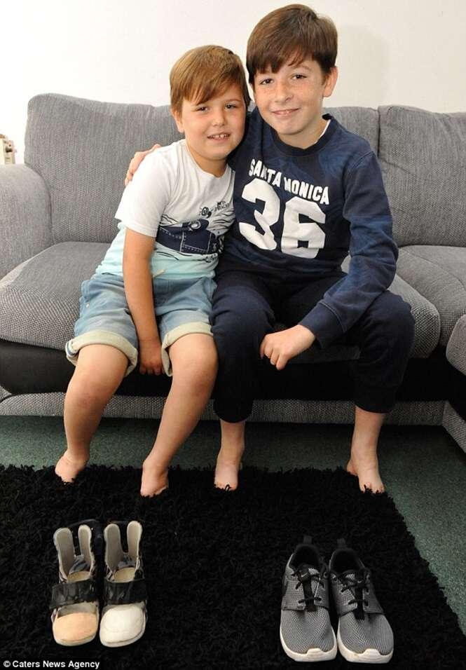 Irmãos que nasceram sem os pés e que são apaixonados por futebol poderão praticar o esporte após ganharem próteses