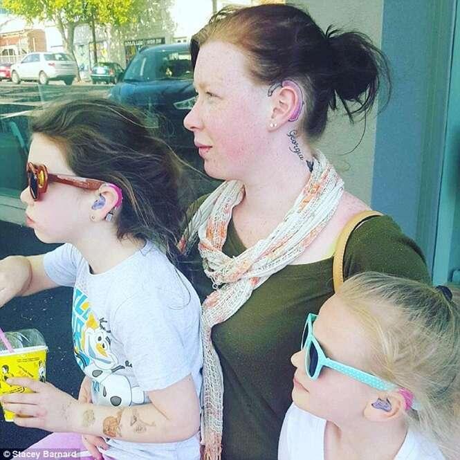 Mãe tatua aparelho auditivo para ajudar filha a enfrentar intimidações na escola