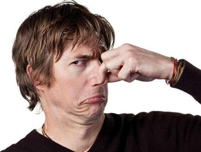 Como reduzir o cheiro fedorento no banheiro após defecar?