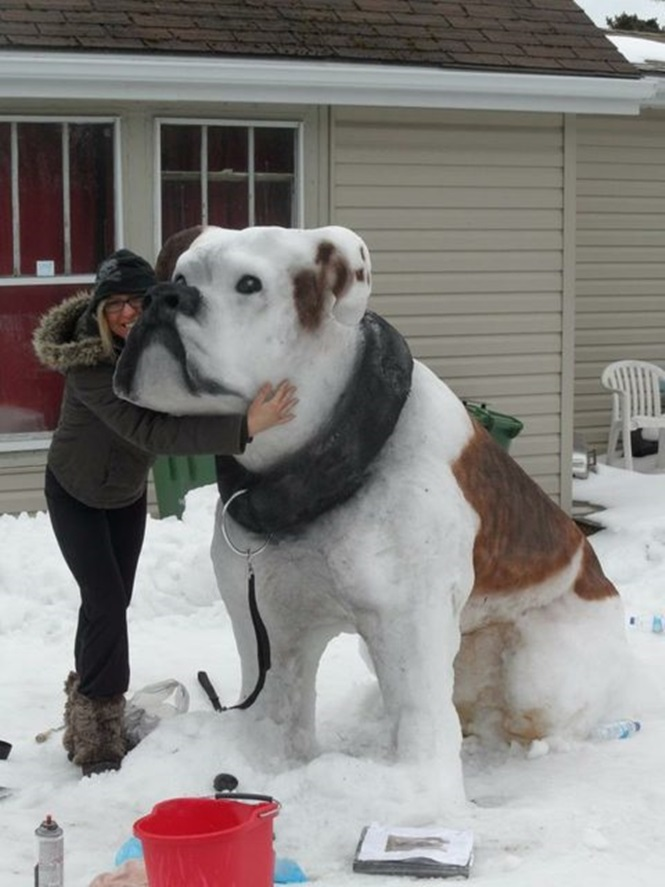 Escultura gigante de cão feito em neve impressiona curiosos