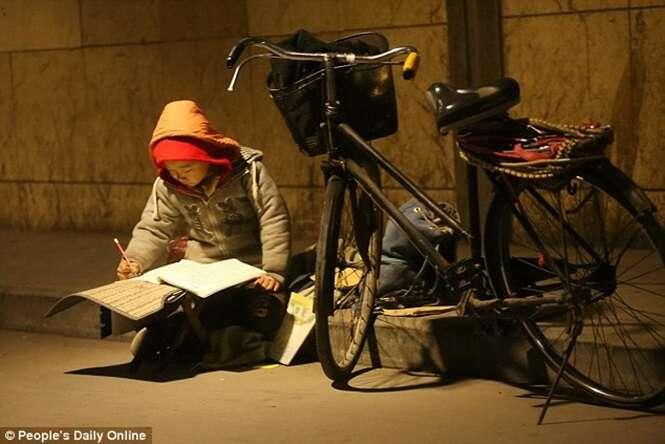 Menino de 7 anos usa iluminação pública para fazer lição de casa todos os dias