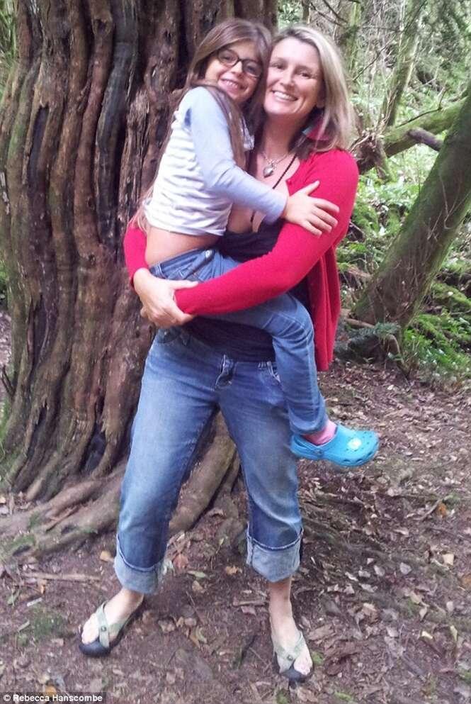 Amiga estimula mulher durante parto e grávida chega ao ápice do prazer enquanto dava à luz sua filha