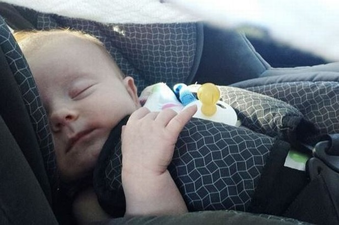 Bebê de 11 semanas de vida morre asfixiado ao ser colocado em assento infantil para carro