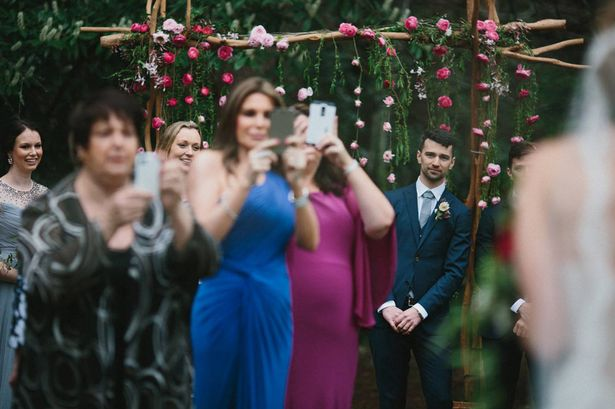 Fotógrafo irritado posta imagem de noivo lutando para enxergar noiva caminhando até altar após convidados usarem smartphones para tirar fotos do momento
