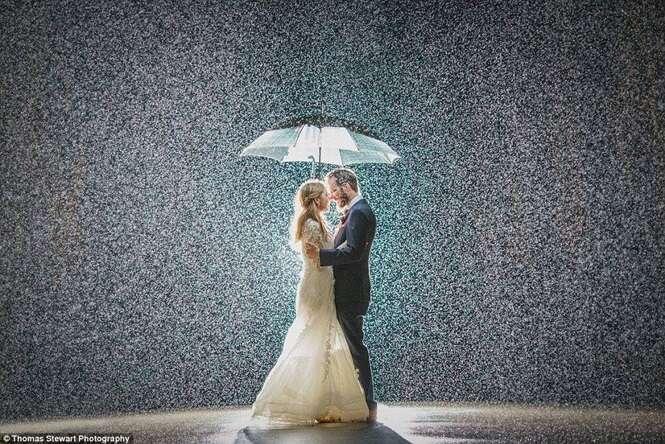 Foto perfeita capturada em casamento prova que chuva pode ser bem vinda no sonhado dia