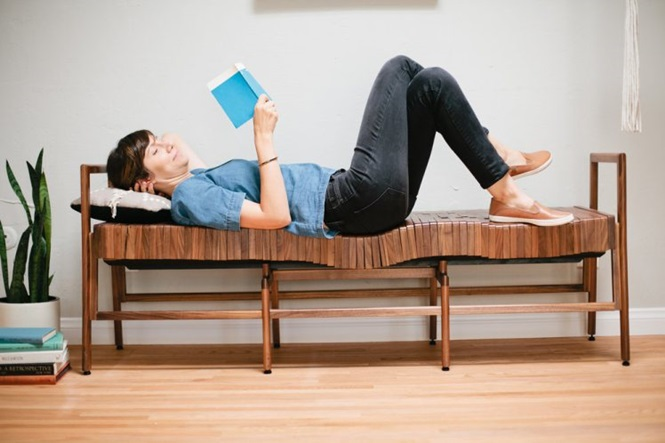Banco de madeira inovador se molda ao corpo proporcionando conforto incrível