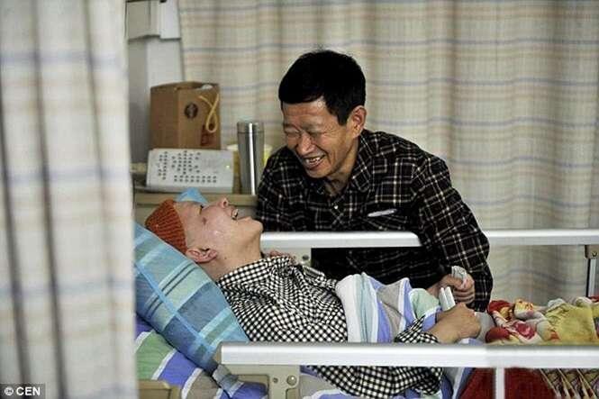 Pai passa 10 anos cuidando de filha em coma e menina milagrosamente acorda