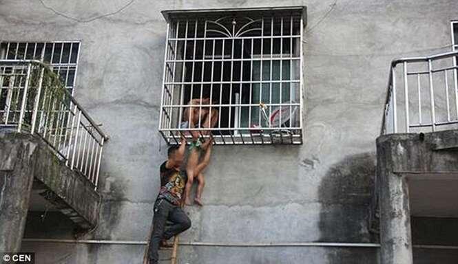 Vídeo flagra momento chocante em que criança fica pendurada pela cabeça nas grades de janela