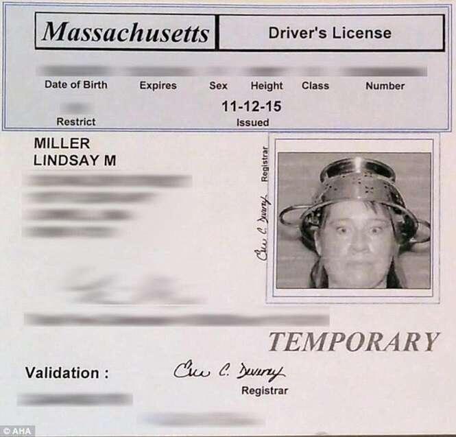 Mulher ganha direito de usar escorredor de macarrão na cabeça em foto da carteira de habilitação