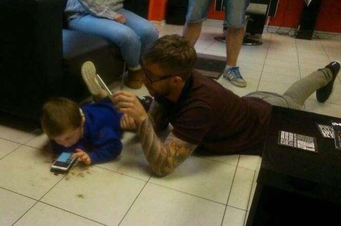 Cabeleireiro se deita no chão para cortar cabelo de menino autista