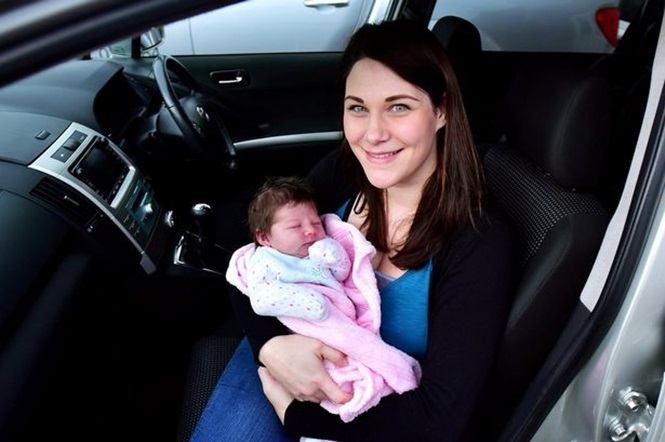 Mulher que nasceu dentro de carro dá à luz sua filha também dentro de automóvel
