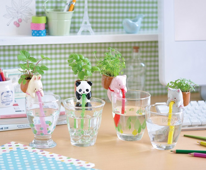 Decoração: pequenos animais de cerâmica que ajudam a regar plantas