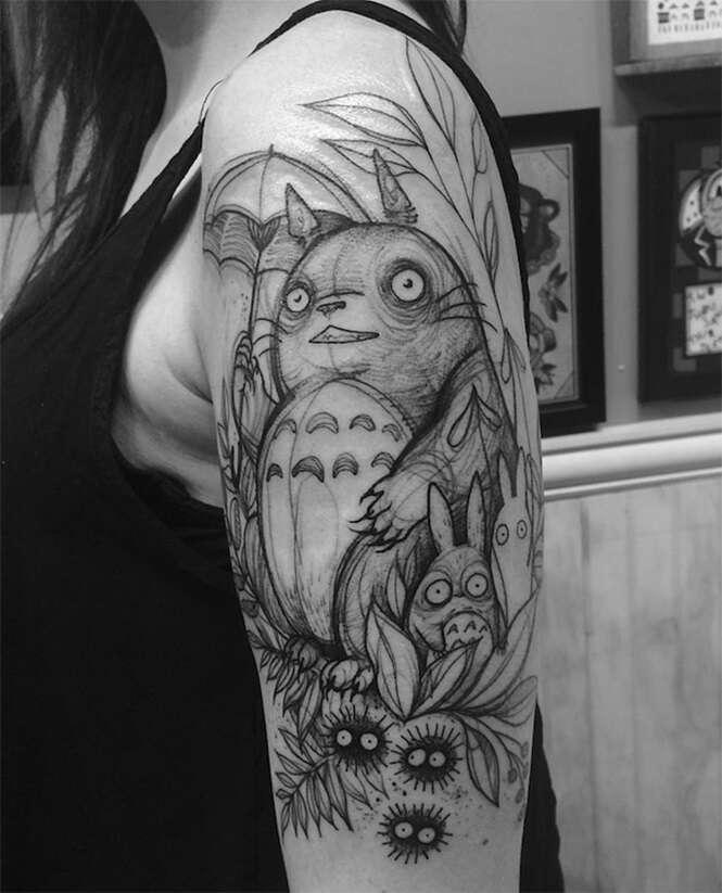 Tatuadora chama atenção com tatuagens que se assemelham a desenhos feitos a mão
