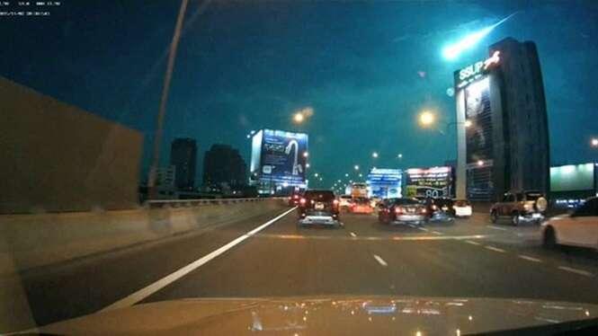 Vídeo flagra meteoro em chamas cruzando o céu de Bangcoc
