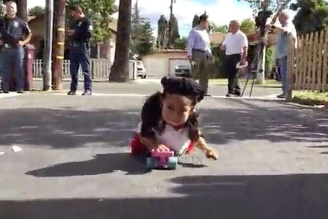 Menina que nasceu sem pernas é obrigada a usar skate para se locomover depois de ter sua cadeira de rodas roubada