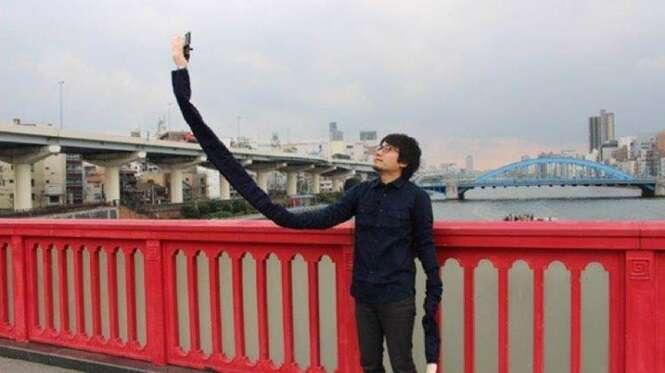 """Japonês envergonhado em usar um """"pau de selfie"""" em público cria braço de selfie"""