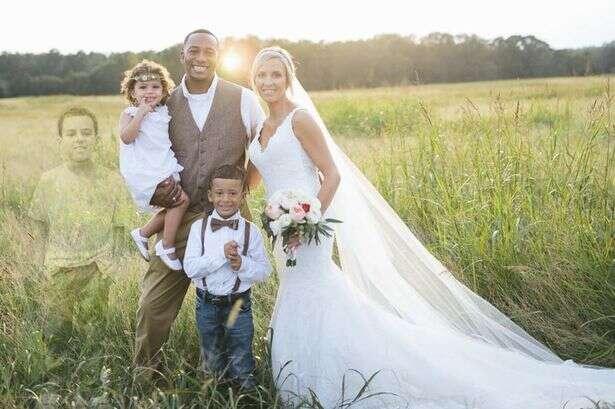 Fotógrafo faz homenagem comovente durante casamento ao colocar em sessão de fotos filho da noiva que falece